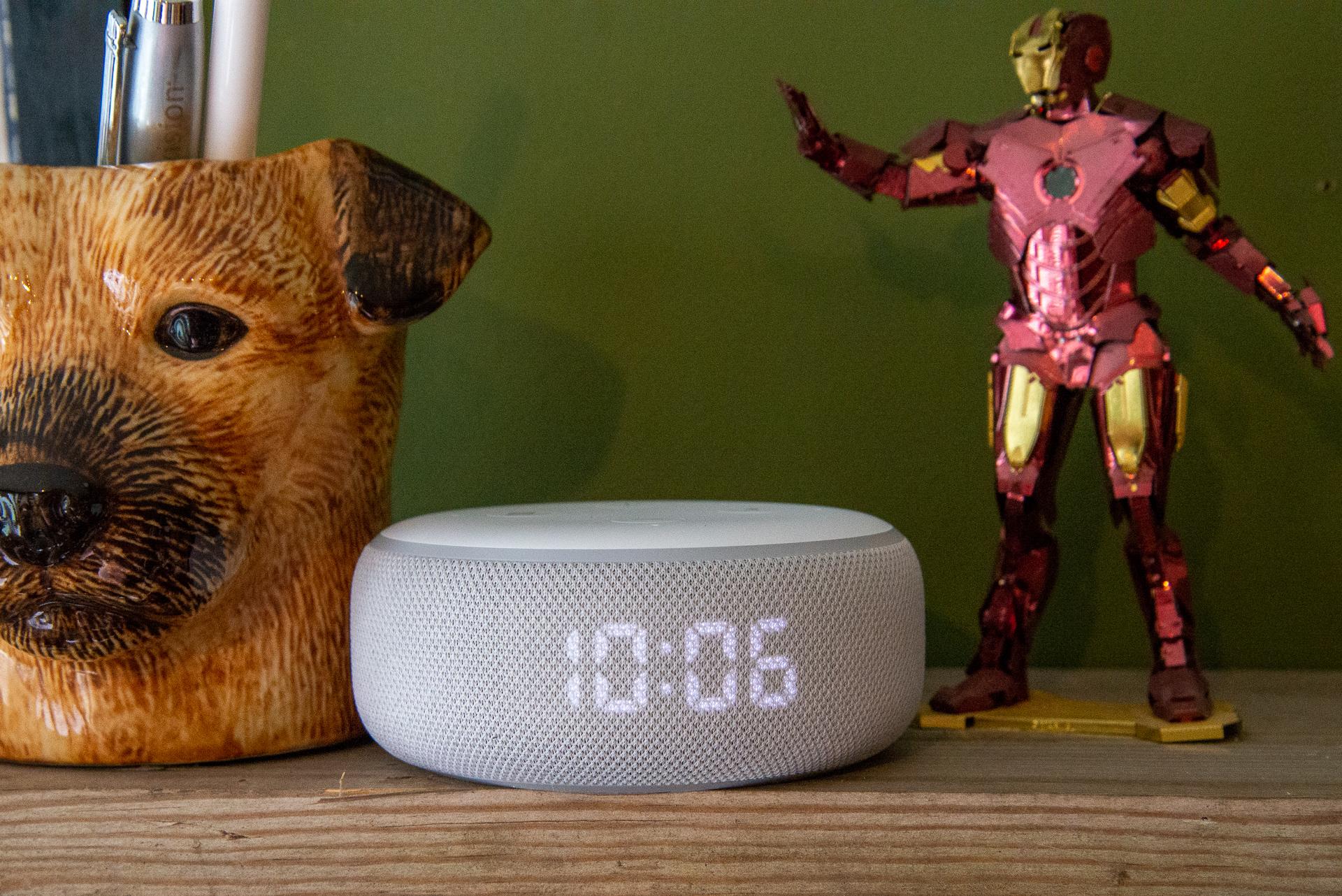 Amazon Echo Dot avec le héros de l'horloge