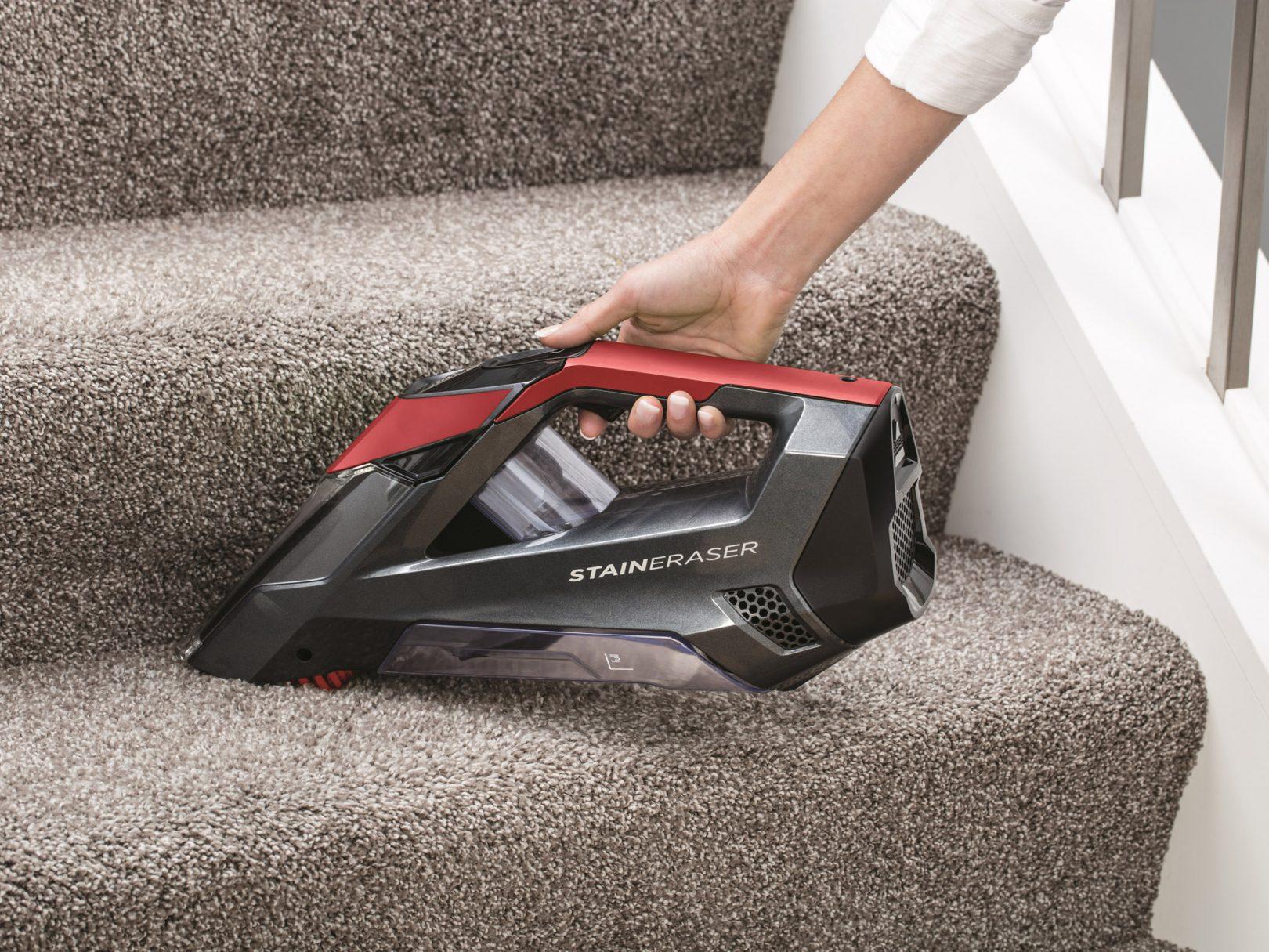 Bissell Stain Eraser utilisé pour nettoyer un escalier recouvert de moquette