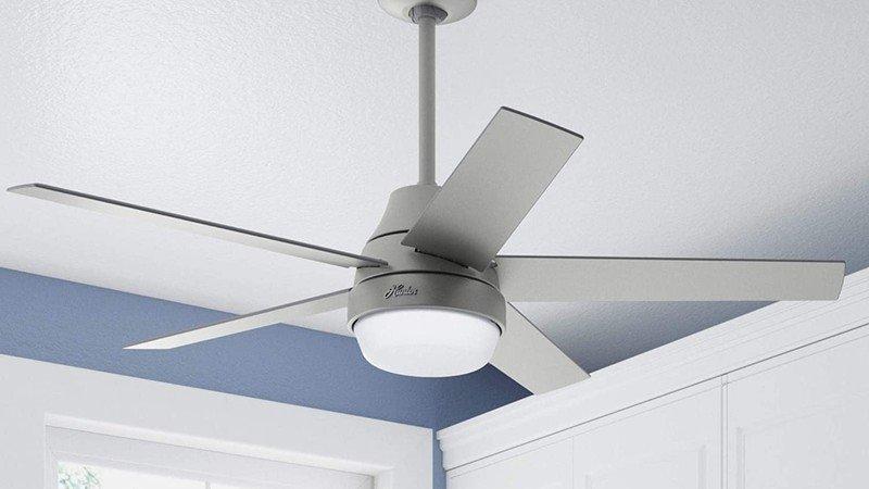 Ventilateur de plafond Hunter Aerodyne argent mat monté sur un plafond