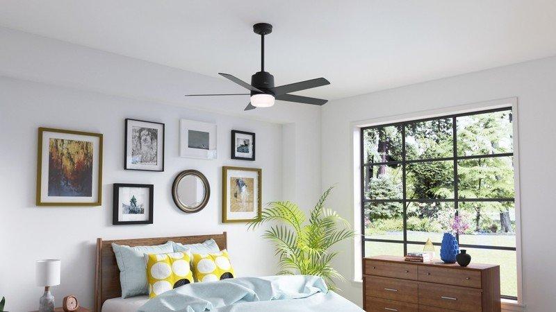 Ventilateur de plafond Hunter Stylus installé dans une chambre