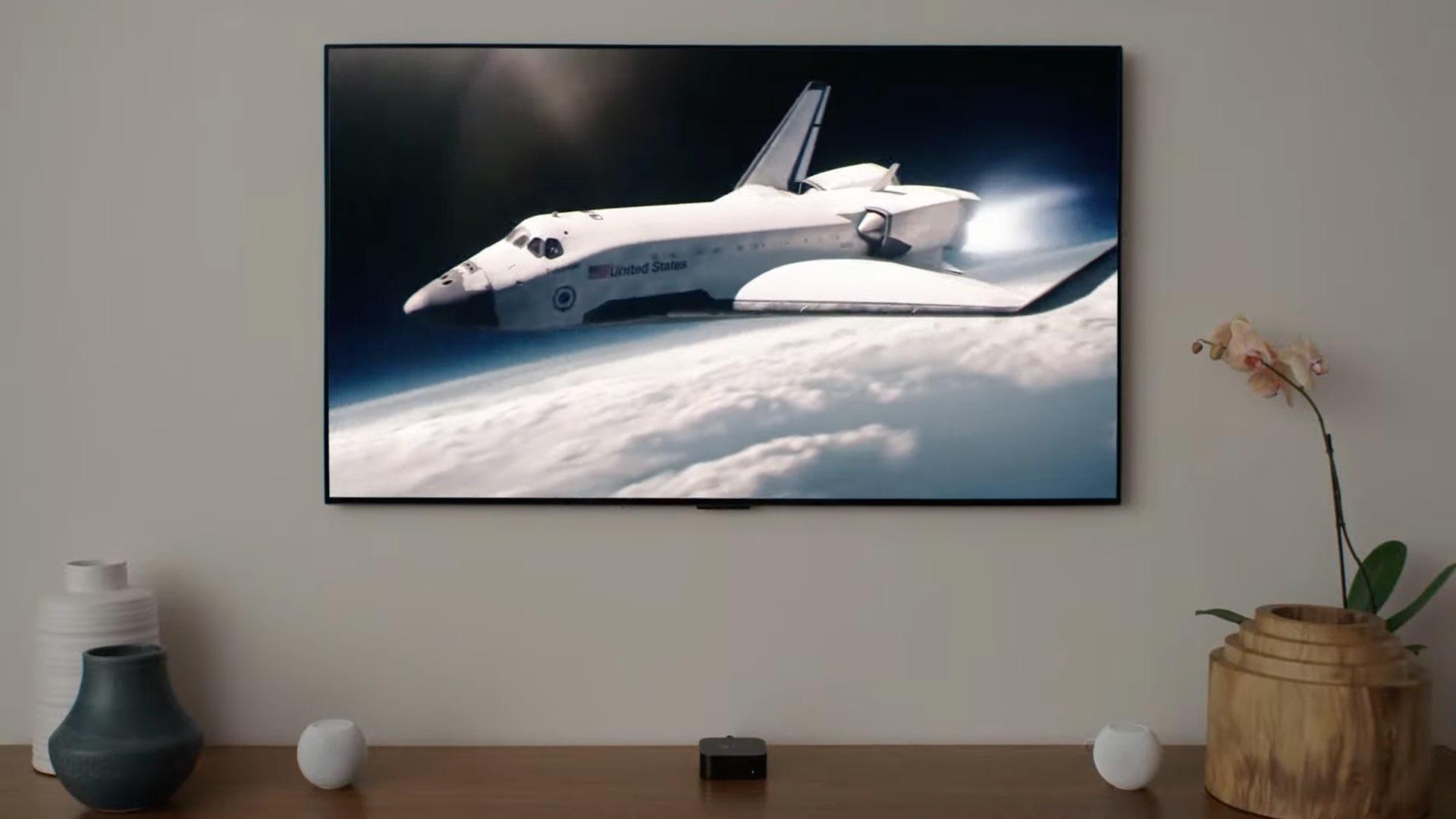 Une image montrant l'Apple TV 4K et deux mini haut-parleurs HomePod dans la configuration audio du home cinéma