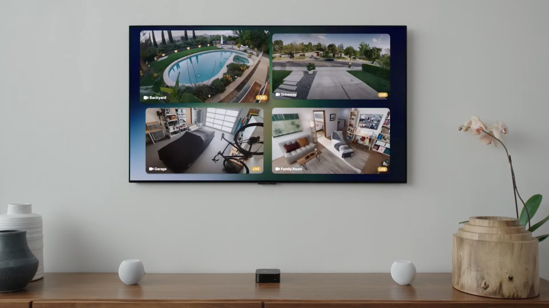 Une image montrant quatre flux vidéo simultanés de caméras de sécurité HomeKit affichés dans une grille 2x2 sur Apple TV avec tvOS 15